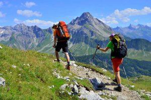 aissa hamada part régulièrement dans les alpes pour faire des randonnées avec ses amis